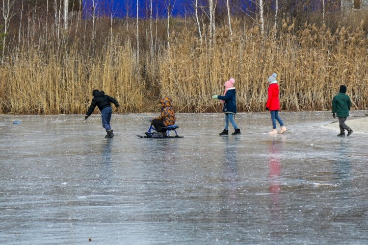STIMAȚI PĂRINȚI! Nu vă lăsați copiii pe gheață fără supraveghere.